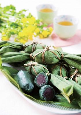 笹団子(笹だんご)とは、餡の入ったヨモギ団子を数枚の笹の葉でくるんで蒸した新潟県産の和菓子です。