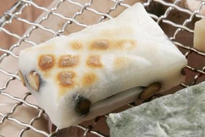北海道産の黒豆がたっぷり入った贅沢な斗棒(とぼ)餅